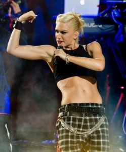 173198_gwen-stefani-of-no-doubt-shows-off-her-guns-and-abs-while-performing-during-the-2012-nfl-kick-off-co